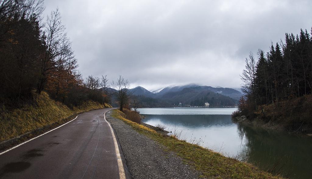 Lungo le rive del lago del Brasimone